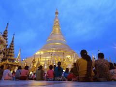 Ferveur bouddhiste à Shwedagon